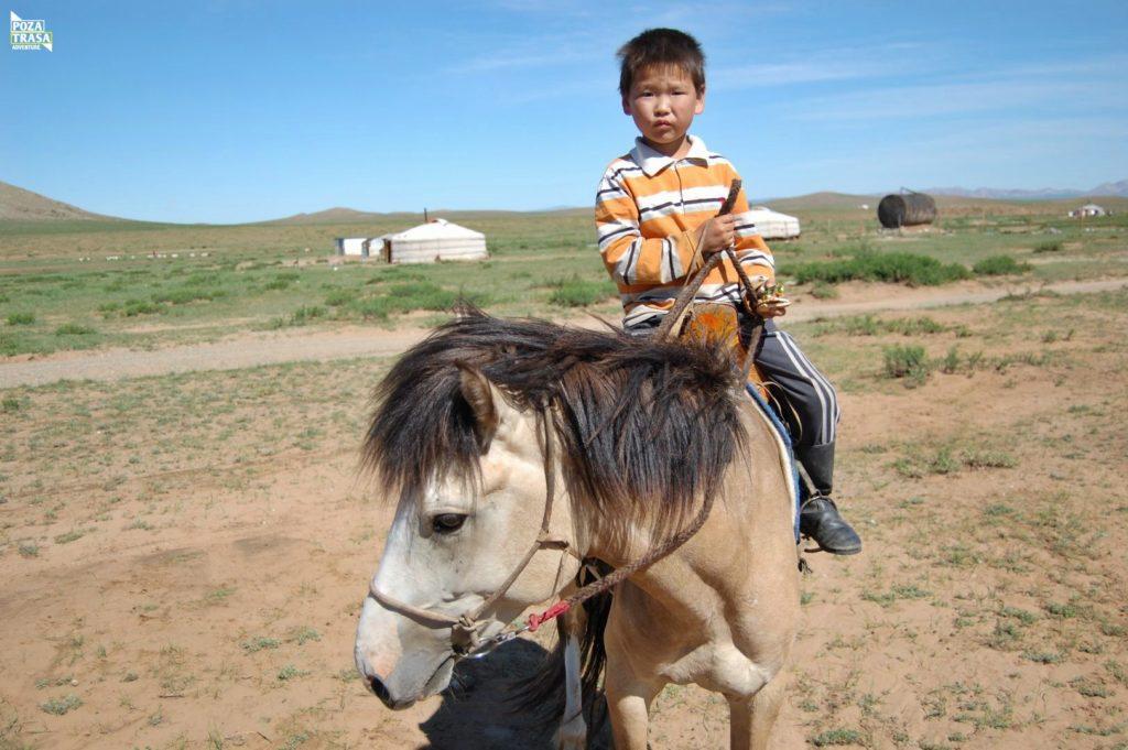 Mongolia wyprawa dziecko na koniu